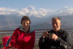 ein Paar trinkt Tee vor dem mächtigen Himalaya