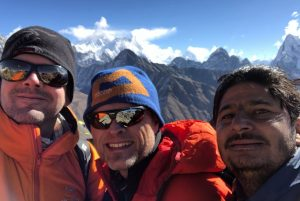 Trekker mit ihrem Guide vor Himalaya