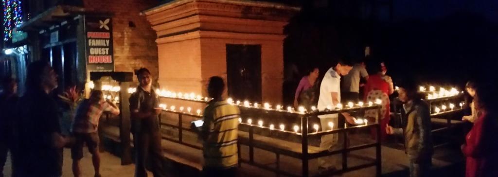hier sieht man einen beleuchteten Tempel in der Nacht zum Tihar Festival