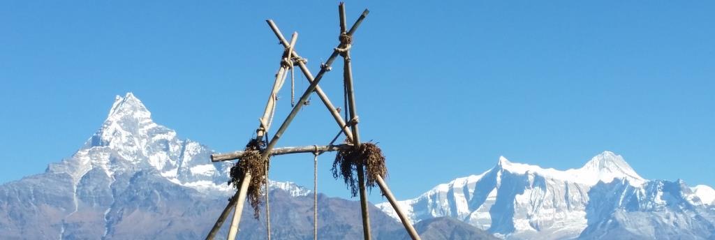 hier sieht man die Spitze einer Bambus Schaukel, mit Blick auf die Annapurnas