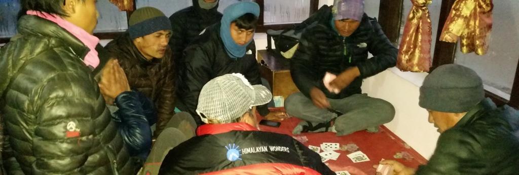 hier sieht man Trekking Guides beim Karten spielen in der Lodge