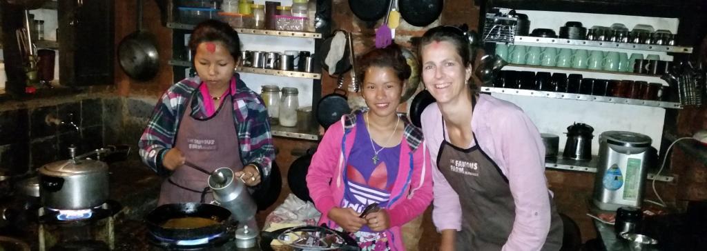 hier sieht man die lokalen Mädchen, die als Kochhilfen auf The Famous Farm arbeiten