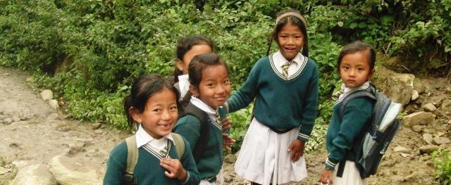 Kinder in Schuluniform auf dem Schulweg