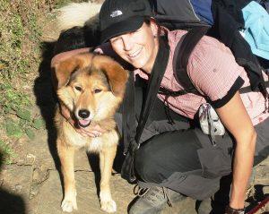 Julia, die Inhaberin, mit ihrem nepalesischen Hund