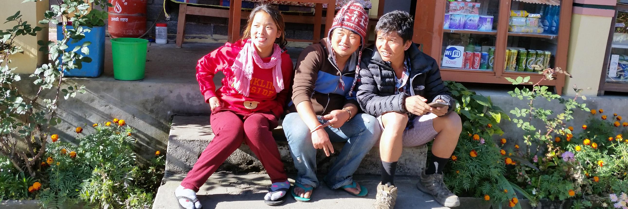 junge Leute aus Nepal in den Bergen