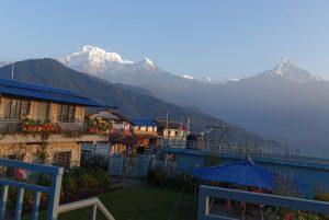 Trekkinglodge vor Annapurnamassiv