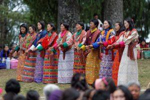 Tanzende Frauen auf einem Festival in Bhutan