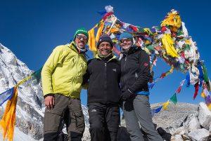 Trekker am Larke-La Pass bei der Manaslu-Umrundung