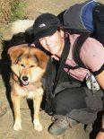 Julia Opitz mit ihrem Hund beim Trekking