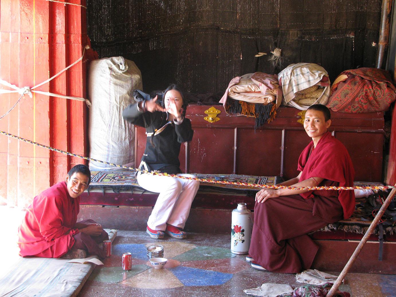 eine Touristin uebt tibetisch mit Moenchen