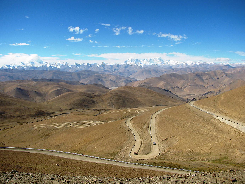 weite tibetische Landschaft mit dem Himalaya im Hintergrund