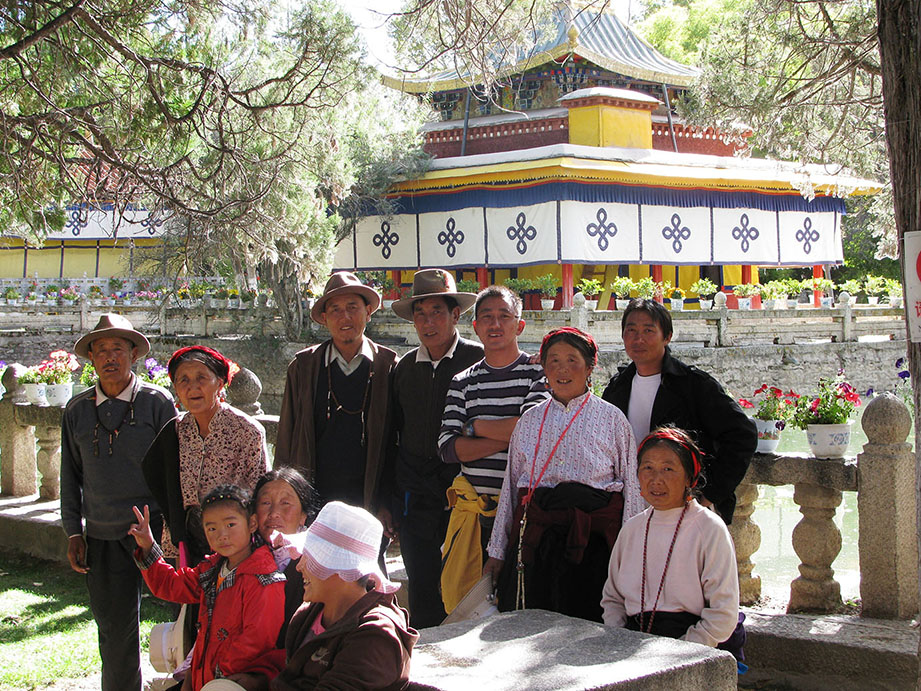 eine tibetische Familie beim Sonntagsausflug im Park