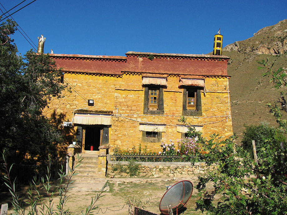 tibetisches Haus in den Bergen bei Lhasa